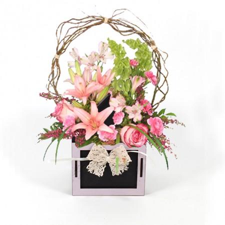 Дървена кашпа: Къщичка с панделка (Пролетна кашпа) - с цветя