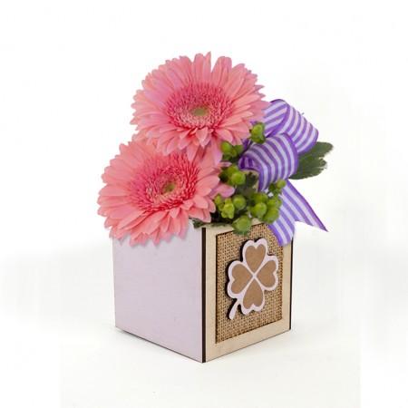 Дървена кашпа Барселона: Детелина (Пролетна кашпа) - с цветя